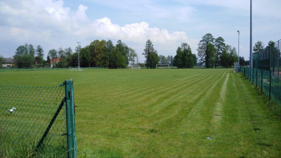 Trwają prace nad przygotowaniem płyt boiska na potrzeby treningów sportowych